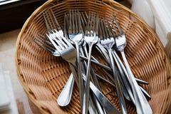 Fourchettes dans le panier Photo stock