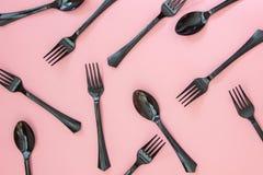 Fourchettes et cuillères sur un fond rose Concept minimal photo libre de droits