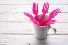 Fourchettes et tasse en plastique Photos libres de droits