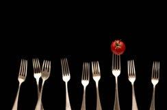 Fourchettes et tomate image stock