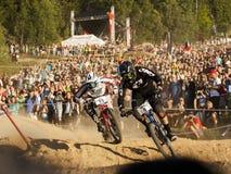 Fourcross cyklistlopp, kamp på loppet med folk på bakgrund - ledare Royaltyfri Fotografi