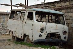 Fourgon abandonné de rouillement à Bakou, capitale de l'Azerbaïdjan Photographie stock