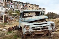 Fourgon abandonné de rouillement à Bakou, capitale de l'Azerbaïdjan, devant la résidence de qualité inférieure Images stock
