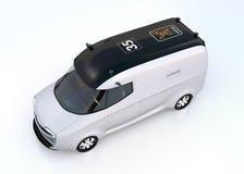 Fourgon auto-moteur argenté d'isolement sur le fond blanc Image stock