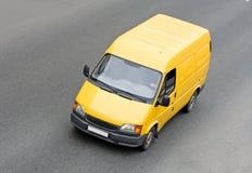 Fourgon blanc jaune de camionnette de livraison photo stock