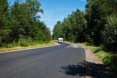 Fourgon blanc sur la route goudronnée Photographie stock