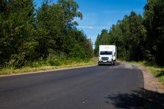Fourgon blanc sur la route goudronnée Image libre de droits
