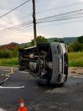 Fourgon blanc tourné à l'envers en raison d'un accident Photographie stock libre de droits