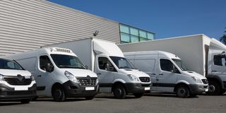 fourgon de camions de la livraison spécialisé par société de parc petit photographie stock libre de droits