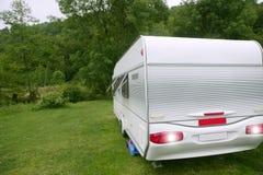 Fourgon de caravane dans camper vert de pré photo stock