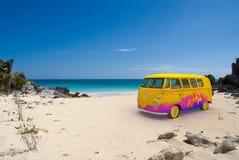 Fourgon de Hippie sur la plage Photos libres de droits
