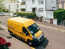 Fourgon de livraison de jaune de La Poste Image stock