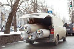 Fourgon de livraison de tapis avec le tronc ouvert Grand transport encombrant de cargaison Nettoyage de pose de tapis et concept  photo libre de droits
