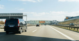 Fourgon de Mercedes-Benz conduisant vers l'aéroport Images libres de droits