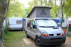 Fourgon de stationnement de tente campante de campeur à l'extérieur Photos stock