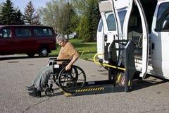 Fourgon handicapé avec le levage Photographie stock libre de droits