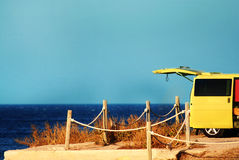 Fourgon jaune par la mer Image libre de droits