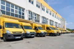 Fourgons de livraison de DHL au dépôt dans Siegen, Allemagne Images stock