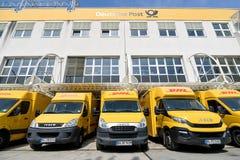 Fourgons de livraison de DHL au dépôt dans Siegen, Allemagne Photo libre de droits