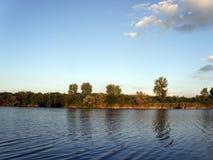 Fourmi d'Autumn Trees la rivière et le ciel bleus image stock