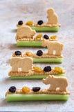 Fourmis sur un casse-croûte de rondin avec le beurre, les raisins secs et le biscuit d'arachide de céleri photos libres de droits