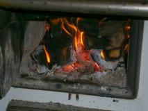 Fourneau brûlant en bois - vieux fourneau images libres de droits