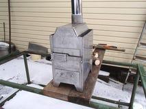 Fourneau en bois fait main d'acier inoxydable pour la survie, la chauffage de la maison, la tente, le sauna et la cuisson photos libres de droits