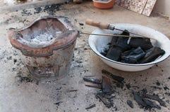 Fourneau et charbon de bois photo stock