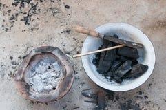 Fourneau et charbon de bois images stock