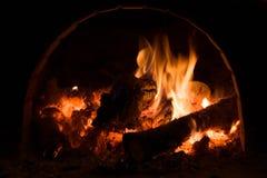 Fourneau russe avec la flamme, le bois de chauffage et les charbons photos libres de droits