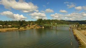 Fournisseur Bridge Lillian Slough Oregon State Rural de rivière de roucoulements banque de vidéos