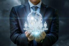 Fournissez de personnel et un globe dans la main de l'homme d'affaires Image libre de droits