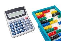 Fournit le comptable, la calculatrice et l'abaque Sur un fond blanc Image libre de droits