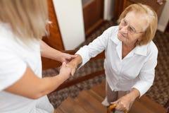 Fourniture de l'aide et de l'appui pour des personnes âgées image stock