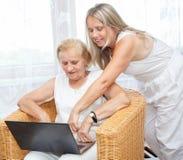 Fourniture de l'aide et du soin pour des personnes âgées Photo libre de droits