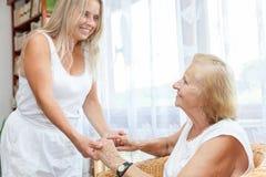Fourniture de l'aide et du soin pour des personnes âgées Photos libres de droits