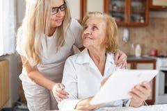 Fourniture du soin pour des personnes âgées photographie stock