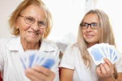 Fourniture du soin pour des personnes âgées photographie stock libre de droits