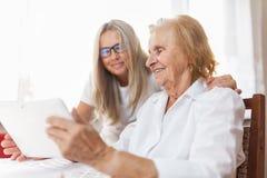 Fourniture du soin pour des personnes âgées images libres de droits