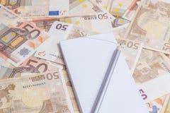 Fournitures de bureau au-dessus d'euro notes Image stock