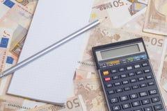 Fournitures de bureau au-dessus d'euro notes Photo stock