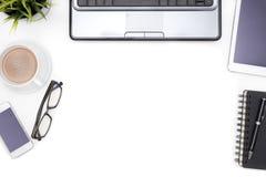 Fournitures de bureau avec le carnet d'ordinateur sur le bureau blanc Images libres de droits