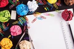 Fournitures de bureau avec le papier plissé de couleur Photo libre de droits