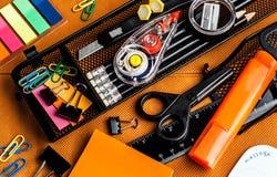 Fournitures de bureau colorées d'école et photographie stock