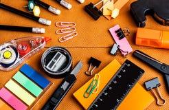 Fournitures de bureau colorées d'école et photo libre de droits