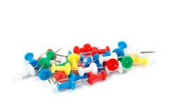 Fournitures de bureau colorées de goupilles de dessin Photographie stock libre de droits