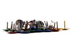 Fournitures de bureau colorées de goupilles de dessin Images stock