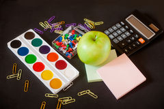 Fournitures de bureau d'école et sur le fond de tableau noir Image libre de droits