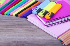 Fournitures de bureau d'école et sur le fond en bois Photos libres de droits