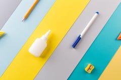 Fournitures de bureau d'école et sur le fond rayé lumineux concept : de nouveau à l'école, minimalisme photos stock